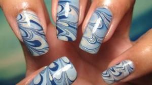 Manichiura-in-apa-albastru-si-bleo